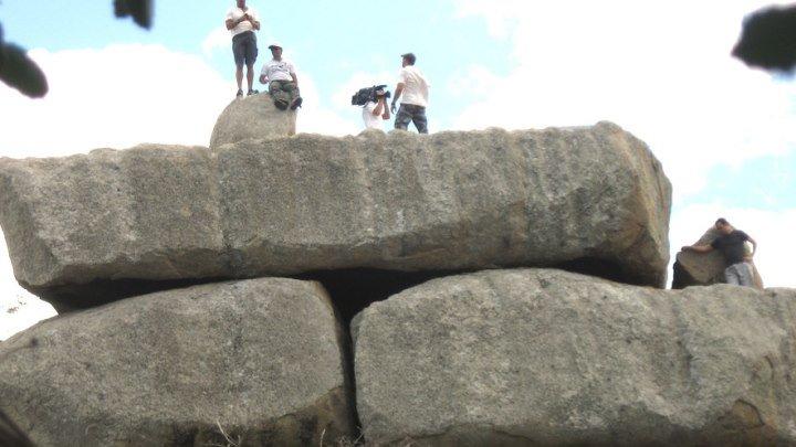 Параиба. Бразилия. Стена представляет собой кладку из огромных каменных блоков, сложенных друг на друга, имеет около 40 м в длину и около 30 м в высоту. Стена явно искусственного происхождения, на что указывает их форма и расположение. Если представить каким могло быть это сооружение изначально,