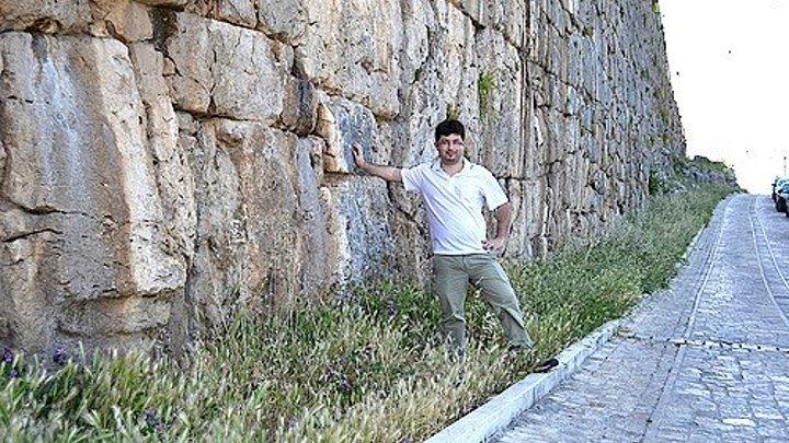 Алатри. Крепостная стена представляет собой остатки массивных сооружений, высота которых в античные времена достигала 9 метров. У историков и археологов до сих пор нет единого мнения о способах обработки громадных каменных блоков, из которых сложена крепостная стена, доставки их в горы и о времен