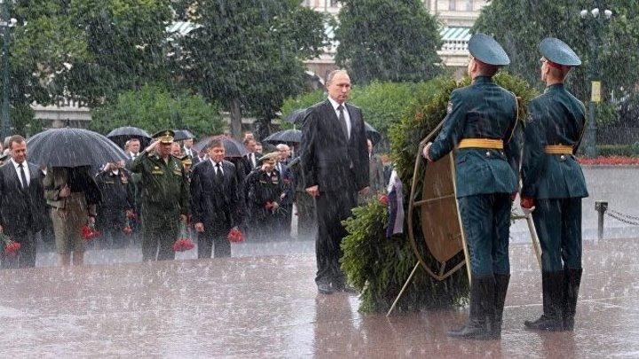 Видео дня: Путин отказался от зонта на возложении венка к Могиле Неизвестного солдата.