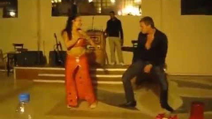 Этот русский турист сделал восточную девушку по танцам ))