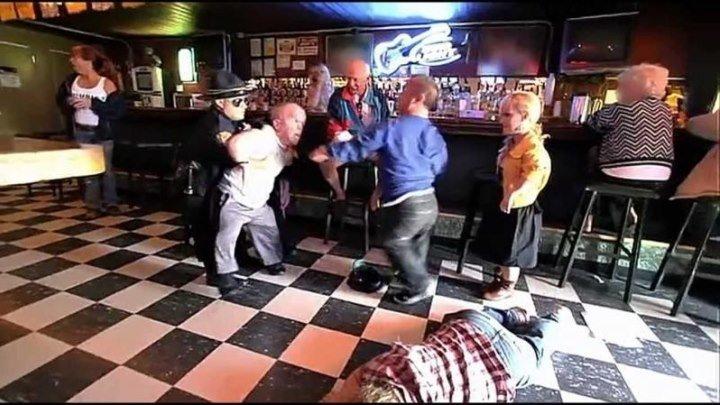 Драка карликов в баре с полицией ! Смотреть до-конца, ЖЕСТЬ!!!!!