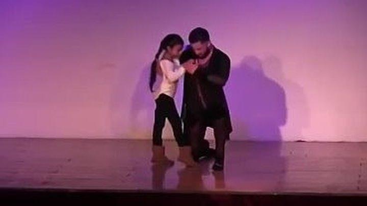 Папа танцует с дочкой Шикарный танец