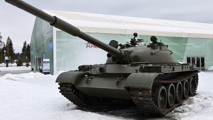 Т-62 (объект 166) — советский средний танк. Создан на базе танка Т-55. Производился в СССР с 1961 по 1975 год. Первый в мире серийный танк с гладкоствольным орудием калибра 115 мм и массой среднего танка при высоком уровне бронирования.