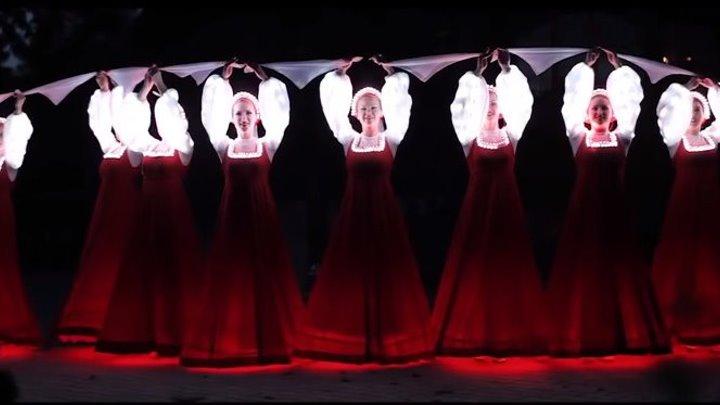 Я ОБАЛДЕЛА! Русский народный танец девушек в светящихся платьях! Невероятно
