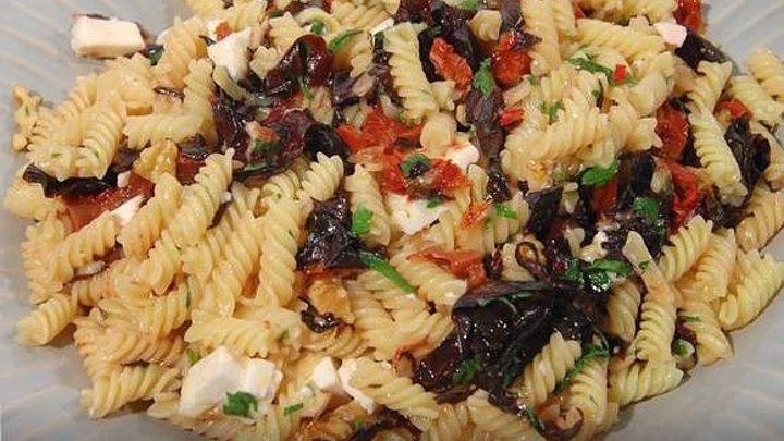 Паста с орехами, помидорами и свекольными листьями по рецепту Юлии Высоцкой