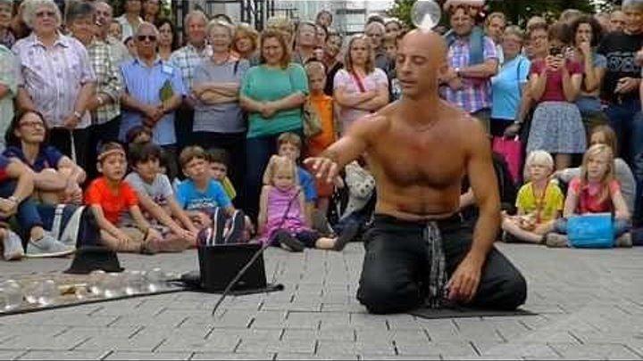 Как? Как он это делает? Волшебство на улице у всех на глазах!