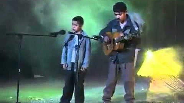 """Два цыганёнка классно поют """"Я буду долго гнать велосипед"""""""