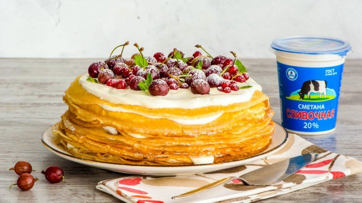 Блинный торт с ягодами и сметанным кремом