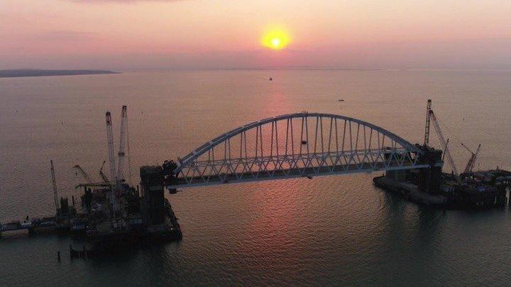 Арка Крымского моста установлена на опоры.