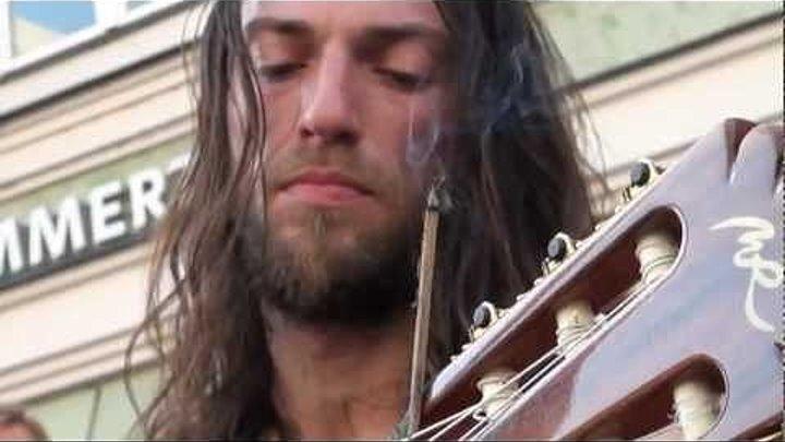 Этот уличный гитарист играет как Бог!