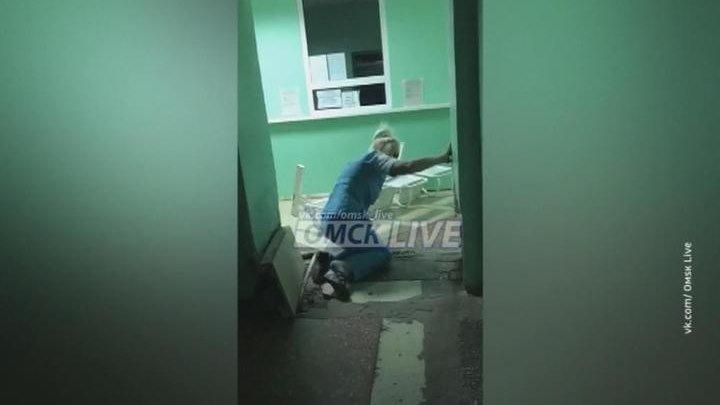 В омском травмпункте пьяная медсестра опрокидывала стулья.