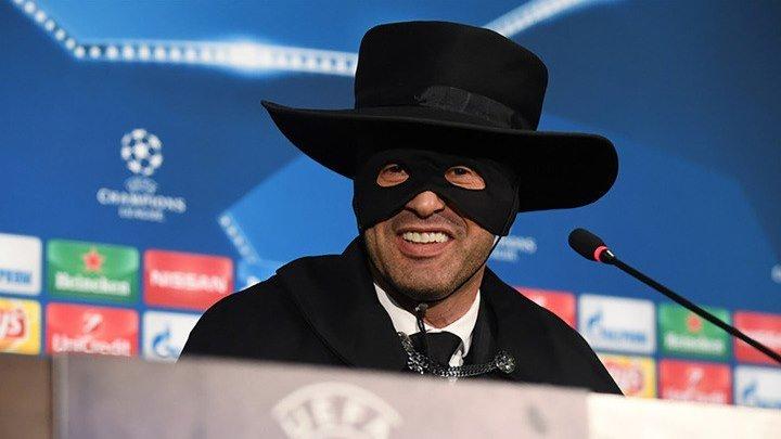 """Тренер """"Шахтера"""" дал пресс-конференцию в маске Зорро"""