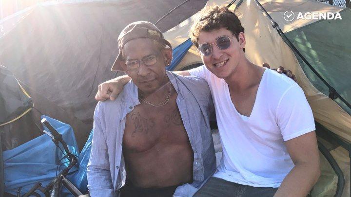 Фокусник помогает бездомным
