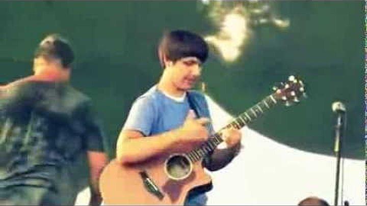 Вот что бывает когда этот парень берет в руки гитару