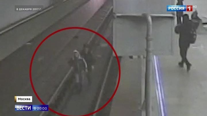 Полицейского, прыгнувшего за упавшим на рельсы пассажиром, наградят. Герой нашего времени!