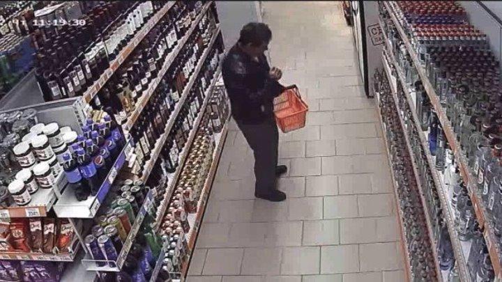 Мужик танцует в магазине
