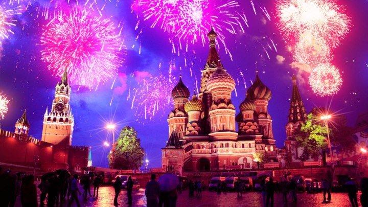 Москва встречает Новый 2018 год! Красочный новогодний салют!