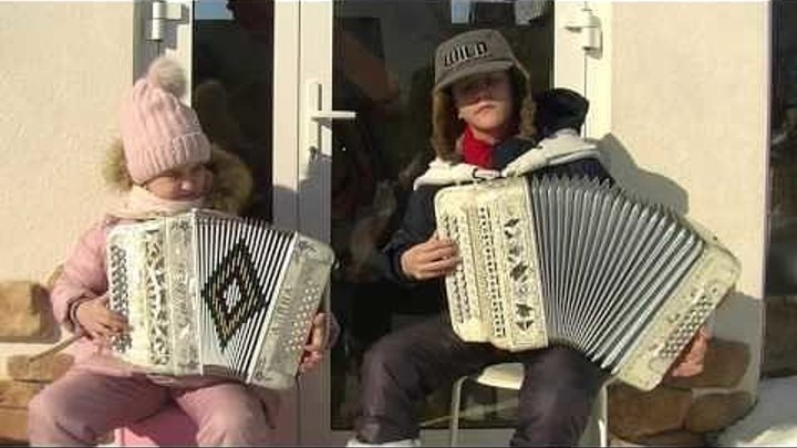 """Дети отжигают на гармошках музыку из фильма """"Пираты Карибского Моря"""""""