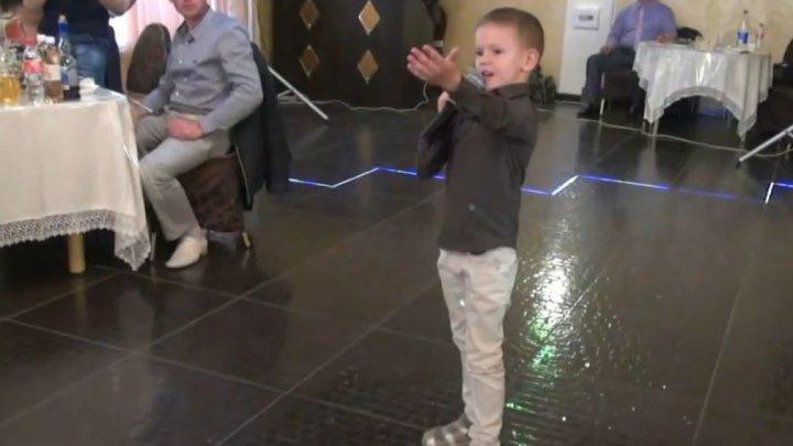 Мальчик шикарно спел на свадьбе !!! НАСТОЯЩИЙ артист ...БРАВО!!!