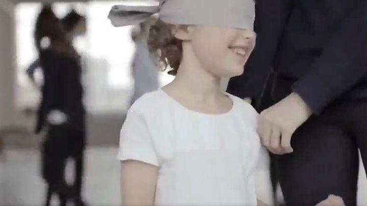 ЭТО ВИДЕО ТРОГАЕТ ДО СЛЕЗ! Дети с завязанными глазами ищут родную маму