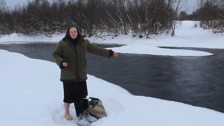 Вологодская пенсионерка зимой ходит вброд через речку в магазин за хлебом.