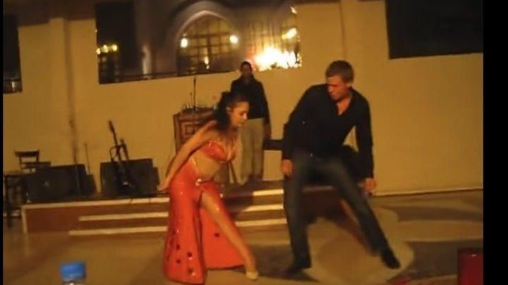 Русский турист сделал восточную девушку по танцам ))