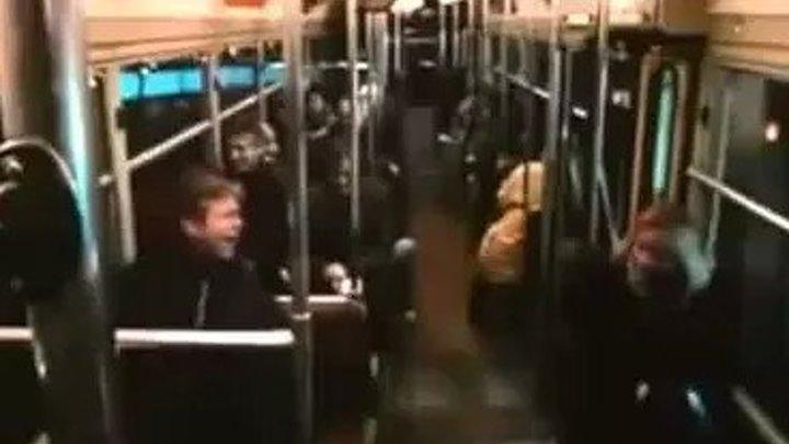 Через минуту весь угрюмый вагон не смеялся, а просто ржал