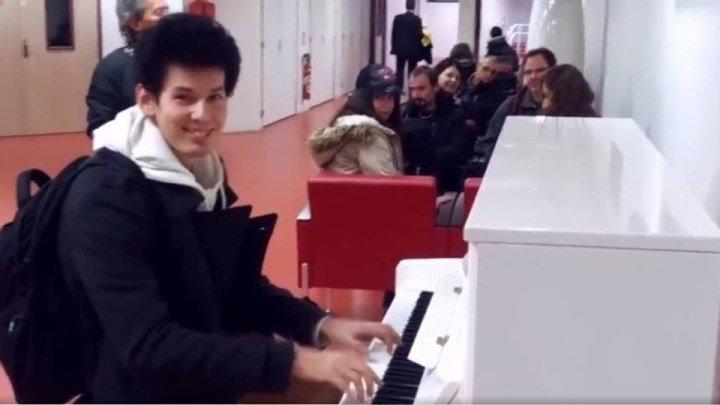 10 мелодий за 3 минуты! - ЭТО ПРОСТО КРУТО !!! Парень поразил всех ожидающих в Аэропорту, виртуозно сыграв на пианино 10 мелодий за 3 минуты!