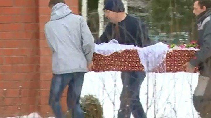 Похоронили 7-летнюю девочку, которую изнасиловал и убил отчим