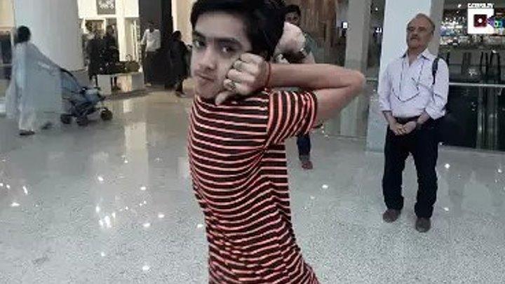 Мальчик-сова из Пакистана поворачивает голову на 180 градусов