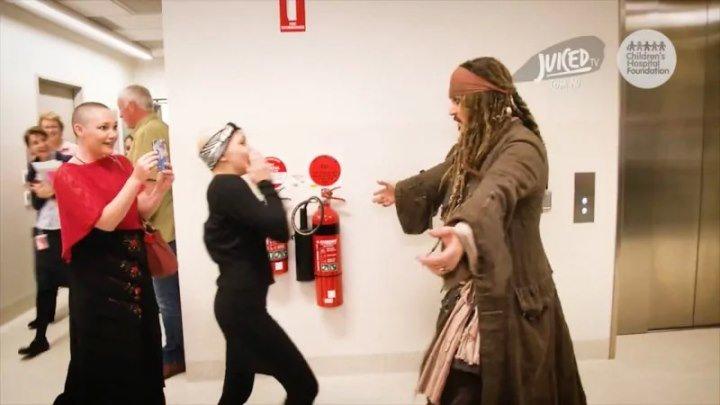 Джонни Депп в образе Джека Воробья, посетил детскую больницу в Австралийском городе Брисбен
