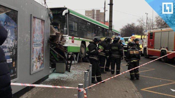Автобус снес остановку в Москве