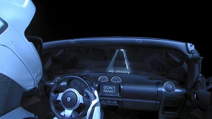 Starman управляет машиной в космосе!