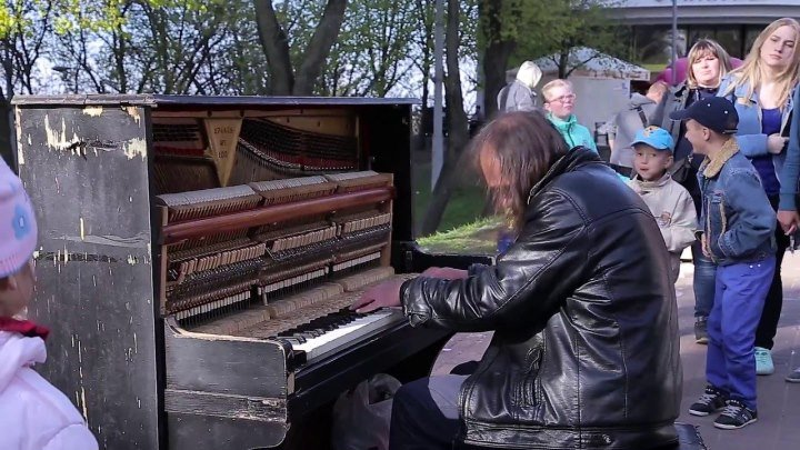 Уличный пианист играет как виртуоз!