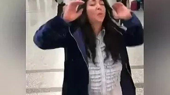 Лолита в ночнушке и шубе сплясала в аэропорту