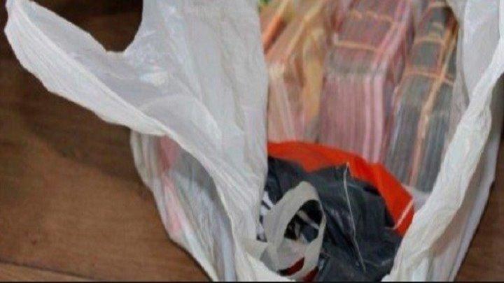 """Se cauta proprietarul unei sacose cu 20 de mii de lei in ea. A fost gasita in Piata Centrala: """"Cineva mi-a transmis un saculet, mi-au zis ca l-au gasit langa frigiderul meu"""""""