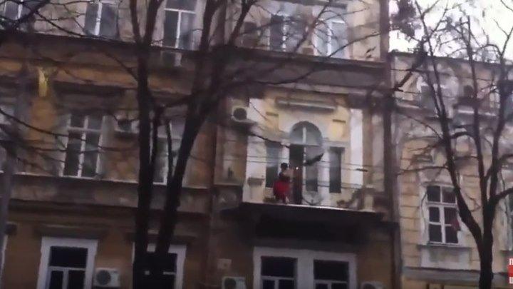 Любовник убегает от разъярённого мужа)))