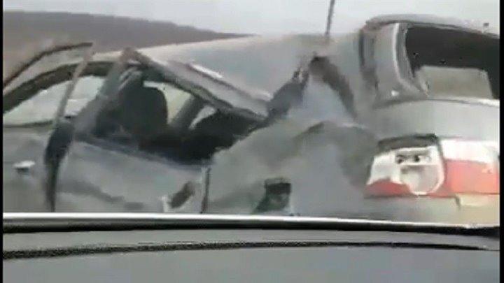 Asa ceva mai rar poti vedea. Cu o masina aproape rupta in doua - fara geamuri, botita peste tot si cu usile distruse, un sofer s-a pornit spre capitala. Cum a fost surprins pe soseaua Chisinau - Leuseni - VIDEO