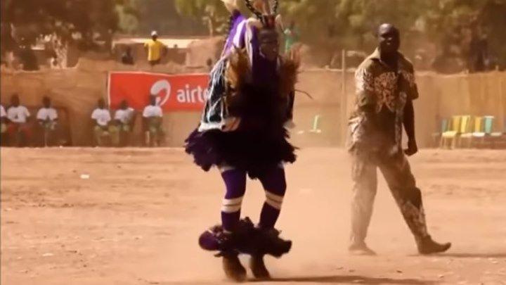 Танцуют все !!! Прикольный танец папуаса..