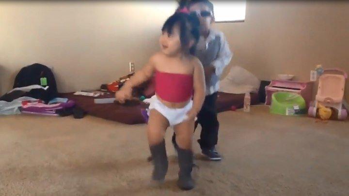 Дети танцуют под PSY