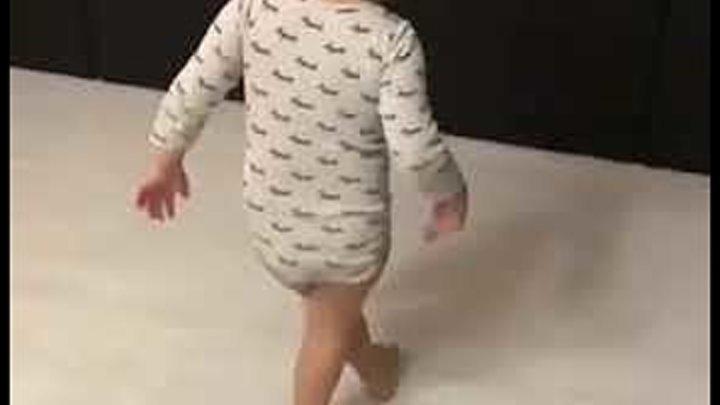 Ничего себе)) Малышка круто танцует под Майкла Джексона!