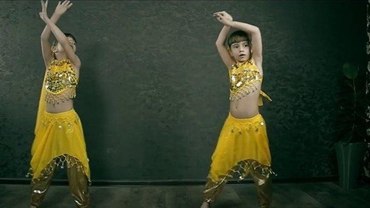 Близняшки Танцуют Индийский Танец