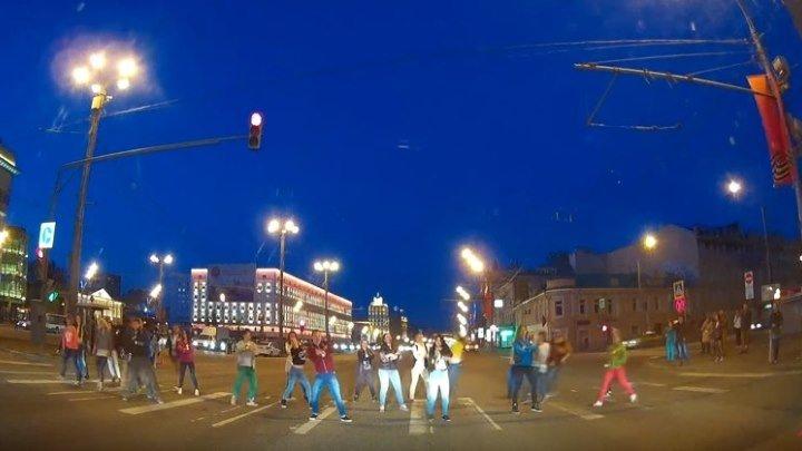 Видео с регистратора. Шоу на пешеходном переходе на Садовом кольце