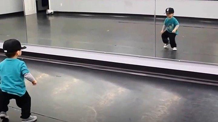 Мальчик танцует брейк данс