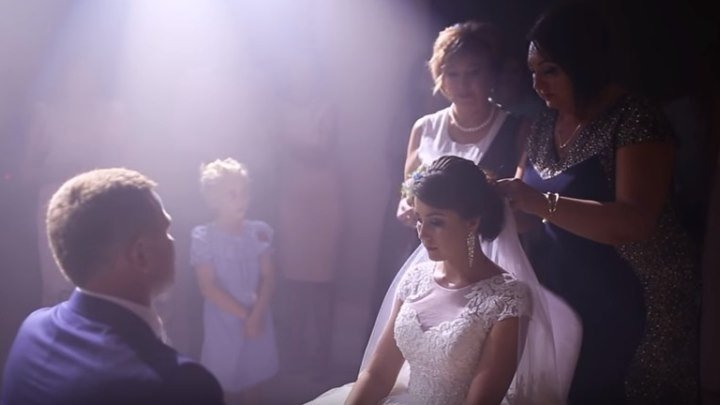 Нереально красивое снятие фаты на свадьбе... Трогательно...