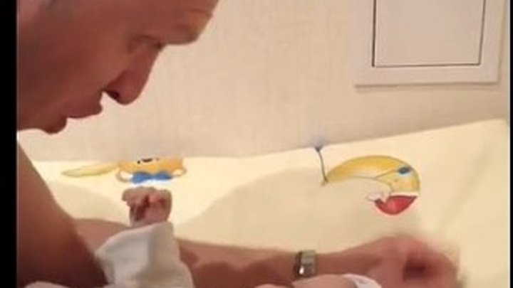 Папа целует доченьку