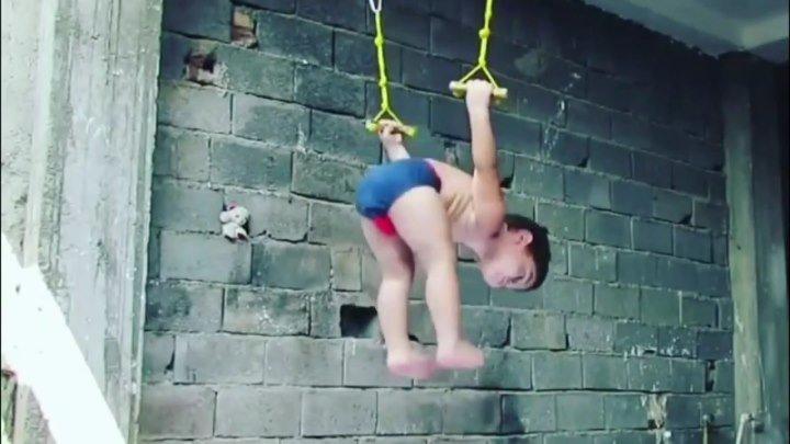 Двухлетний гимнаст в памперсе покорил интернет