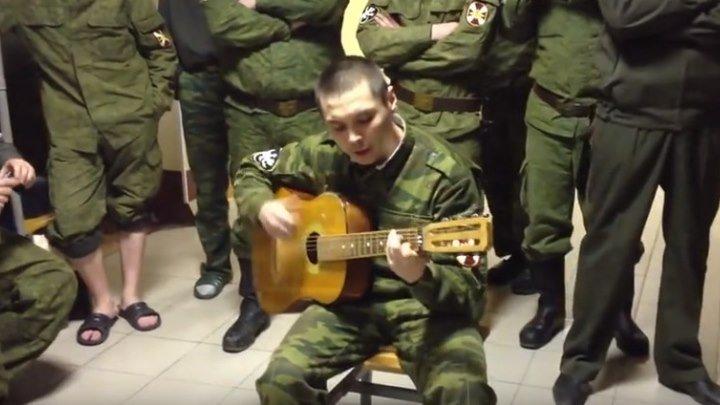 Солдат поет от души