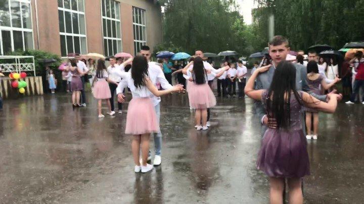 Выпускной вальс под дождем! Потрясающее видео! Не каждый так сможет!