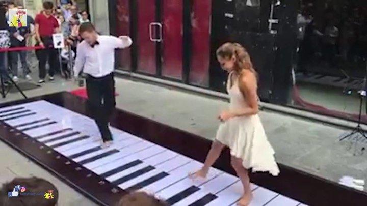 Пара классно играет мелодию Розовая Пантера!